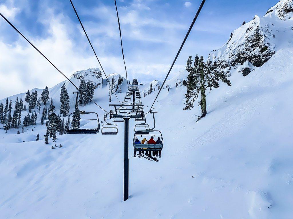 télésiège en montagne l'hiver