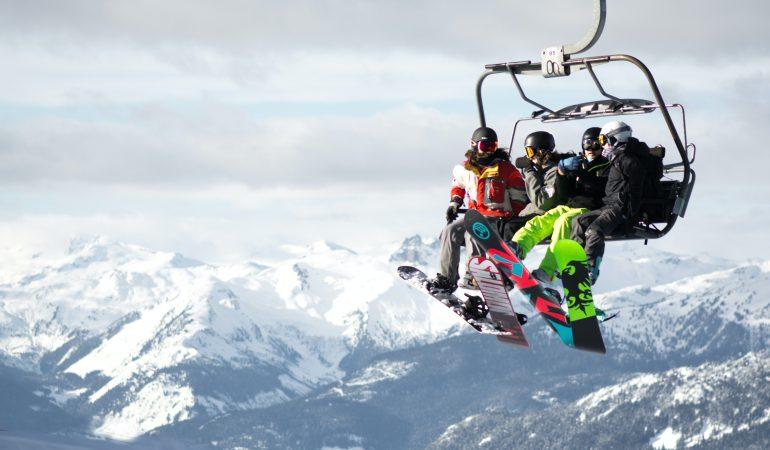 Skieurs sur un télésiège