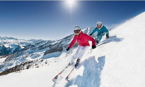 deux personnes qui descendent une montagne en ski
