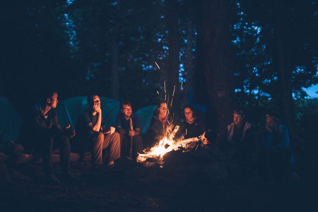 personnes autour d'un feu de camp
