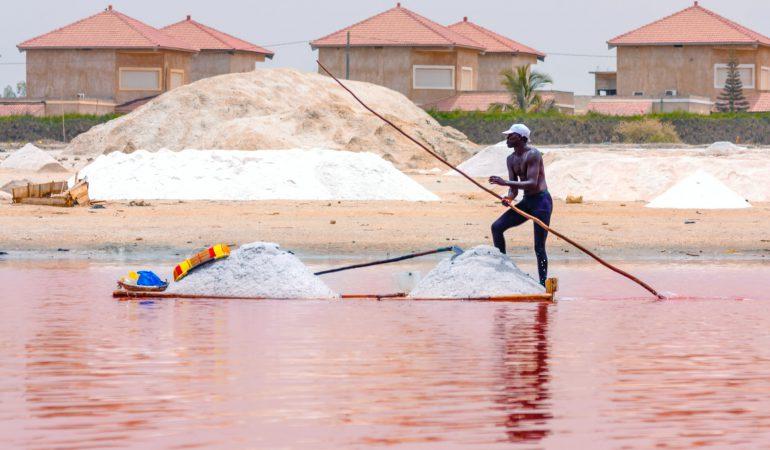 homme sur le lac rose dakar